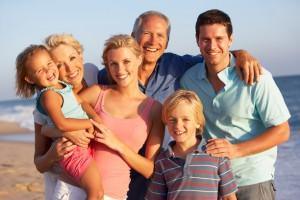 успешная семья - на берегу моря