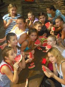 девушки едят арбуз